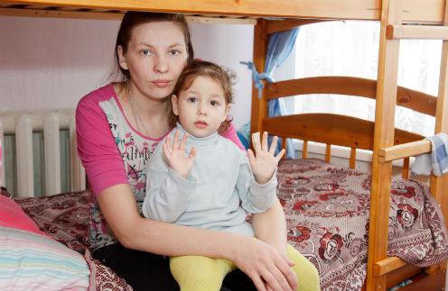 Маша с Элиф в своем семиметровом «уголке». Апрель 2013 года