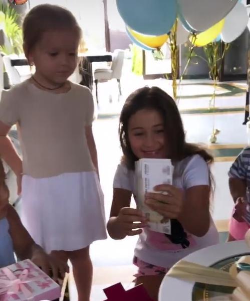 Джиган подарил дочери пачку денег