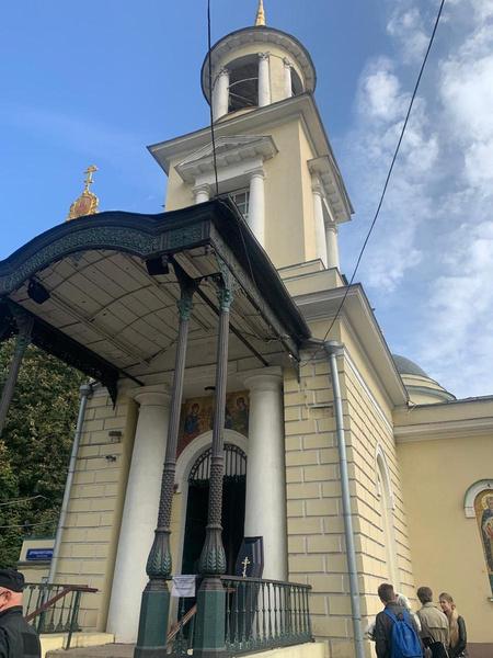 Отпевание проходит в храме при кладбище