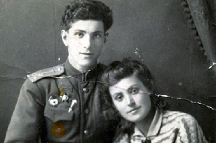 Как и многие солдаты, Григорий Чухрай отправил трогательное письмо о любви к малознакомой девушке в газету, но к счастью, избранница прочла послание и вышла на связь