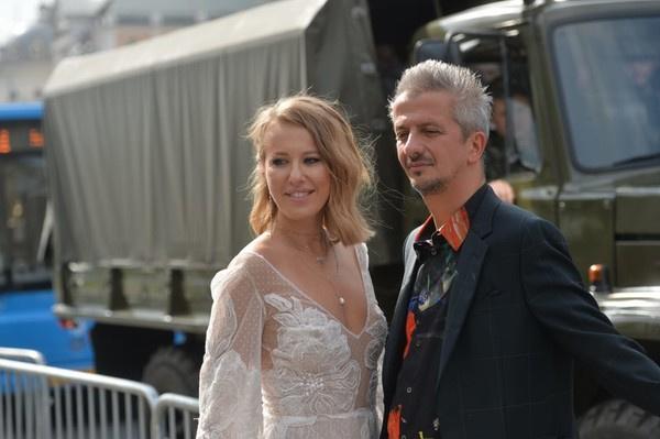 В день свадьбы Ксения Собчак сменила несколько нарядов
