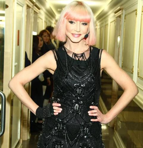 Кристина Орбакайте появилась на шоу с новой стрижкой и розовыми локонами