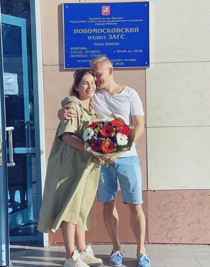 Степан Меньщиков и его беременная избранница подали заявление в загс