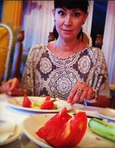 Творческая зарисовка Максима Виторгана «Нонна с помидором»