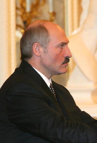 Лукашенко одарил любимую певицу гостинцами