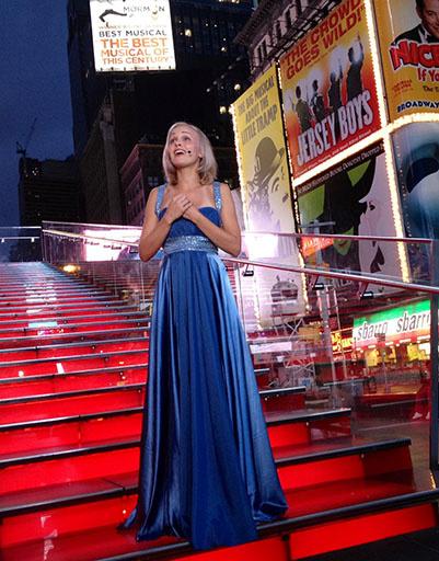 """Наталия Быстрова во время выступления с арией """"Русалочки"""" на Times Square в Нью-Йорке"""