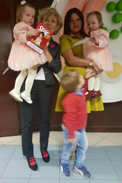 Идеолог конкурса Светлана Солопчук с победительницей 6 сезона Ольгой Маленко и ее детьми в студии «Пусть говорят»