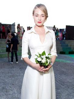 В прошлом году Оксана официально оформила развод и призналась, что хотела бы вновь выйти замуж – «как любая баба». На закрытии 33-го Московского кинофестиваля в июле 2011 года