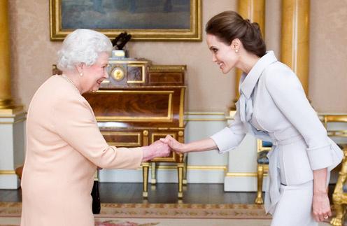 Елизавета II на встрече с Анджелиной Джоли