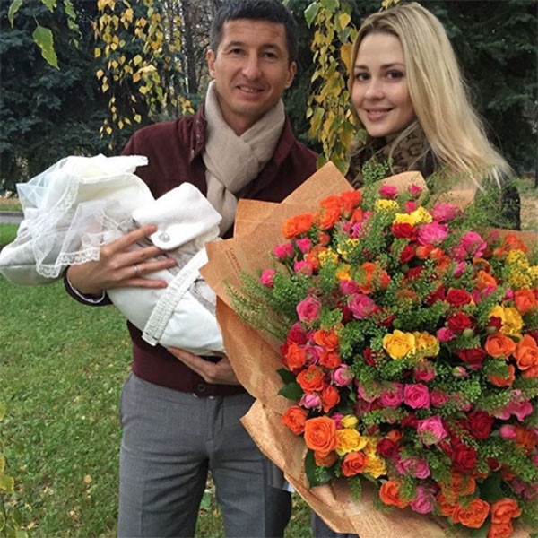 Евгений Алдонин с женой Ольгой и новорожденным сыном