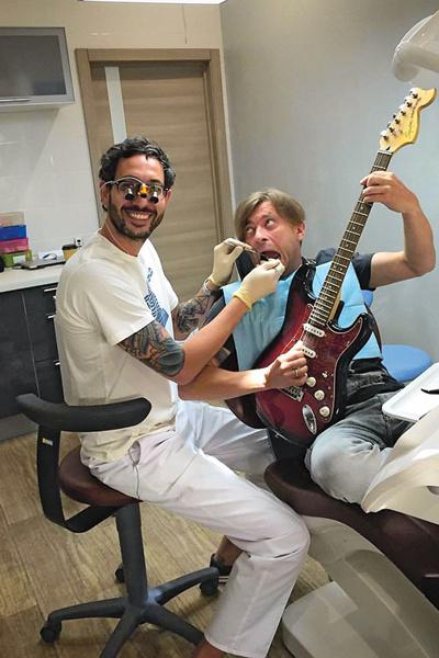 «После процедур Лева из «Би-2» частенько берется за гитару, – делится Олег. – У нас веселая компания»