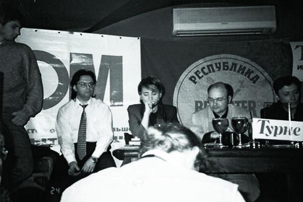 Слева направо: диджей Федор Фомин, журналист Александр Кушнир, Земфира, Леонид Бурлаков и радиоведущий Андрей Бухарин на презентации дебютного альбома певицы 24 марта 1999 года