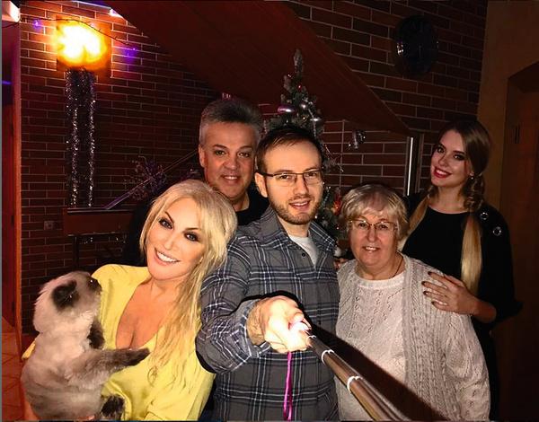 Певица с мужем, мамой, сыном и невесткой