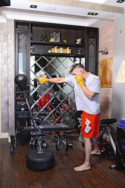 Дома у музыканта оборудован небольшой спортзал