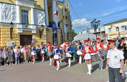 Перед Волковским театром в Ярославле