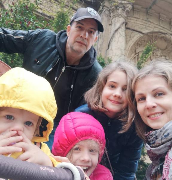 Супруги воспитывают трех дочерей