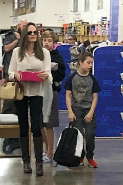 Актриса часто ходит по магазинам вместе с детьми
