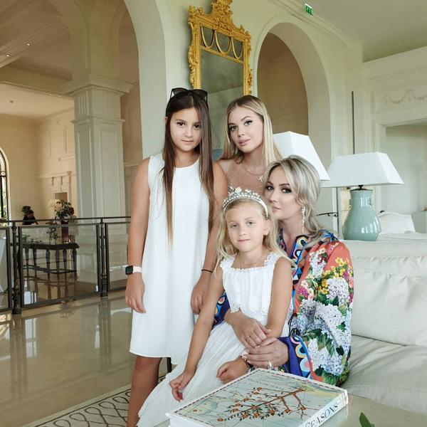 Семья певца устроила праздник в шикарном отеле