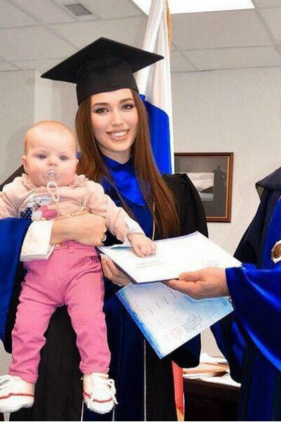 Анастасия Костенко получила диплом вместе с дочкой