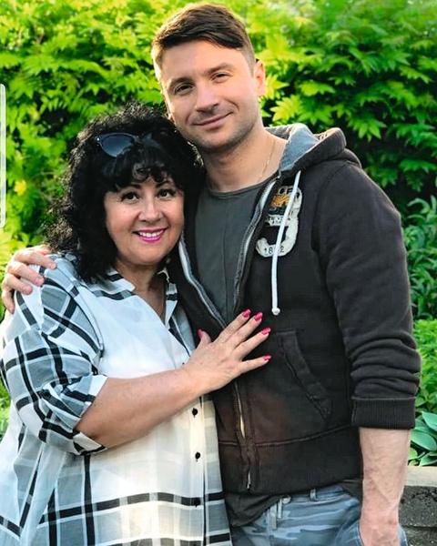 Теперь у мамы певца Валентины Викторовны трое внуков — Алина, Никита и Аня