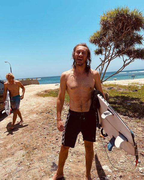 Анохин занимается серфингом