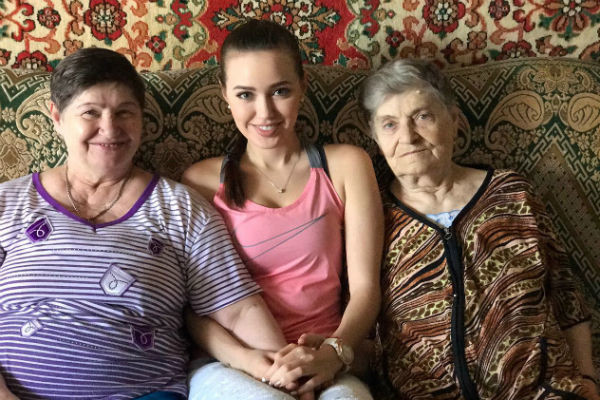 Анастасия Костенко вместе с бабушкой и прабабушкой