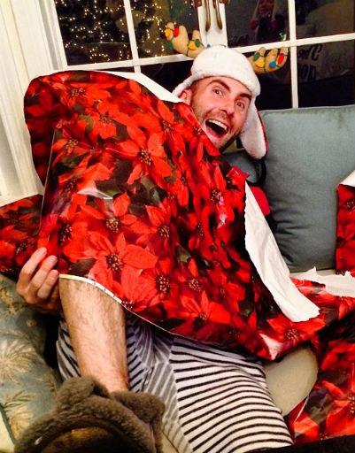 Преподнести себя в качестве презента решил своей подруге самый сексуальный мужчина планеты Адам Левин, солист группы Maroon 5