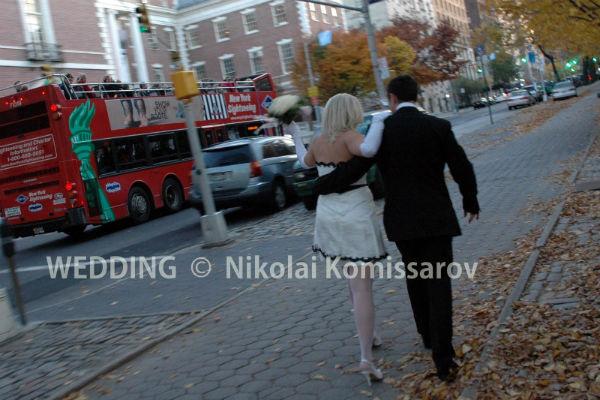 Мария на прогулке по городу после бракосочетания