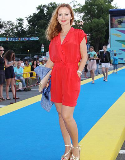 Елена Захарова неизменно выделялась на фестивале благодаря фирменному макияжу и красной помаде, которая чрезвычайно идет актрисе