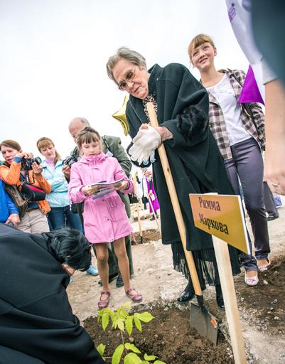 Римма Маркова посадила на память о своем приезде в Читу дерево