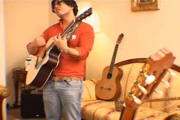 На последней съемке Мурат Насыров пел, рассказывал о коллекции инструментов и рекламировал новые концерты