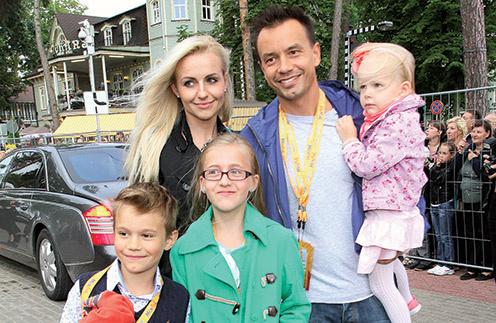 Алексей Серов, его сын Ричард, Ирина Качко, ее дочка Бетти и общий ребенок Полина