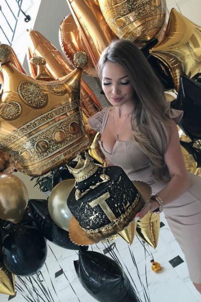 Поклонники подозревают, что именно в честь загадочного возлюбленного Евгения устроила вечеринку пару месяцев назад