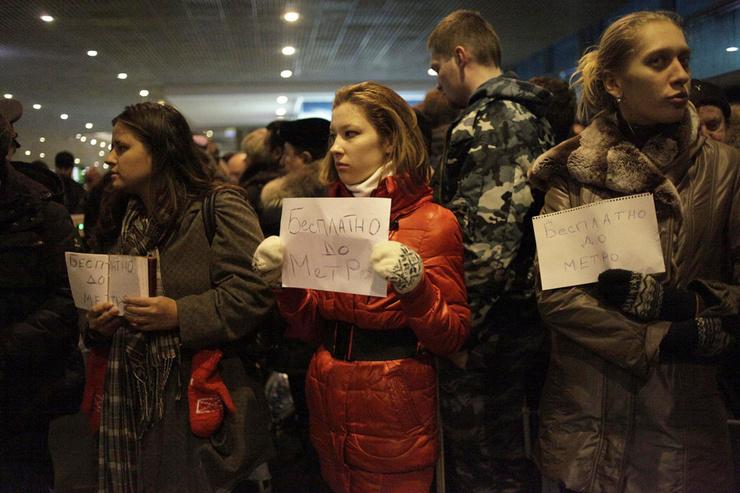 Активисты и волонтеры прибыли в аэропорт, чтобы бесплатно доставить пострадавших до метро