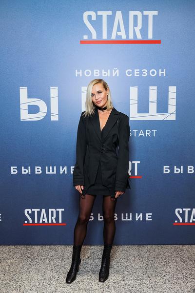 Полина Гагарина подчеркнула фигуру костюмом черного цвета
