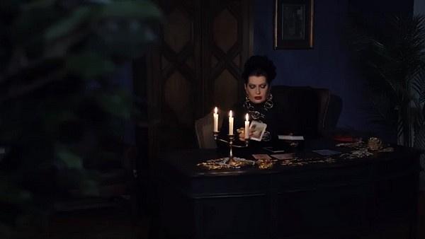 Донна Луна в роли гадалки