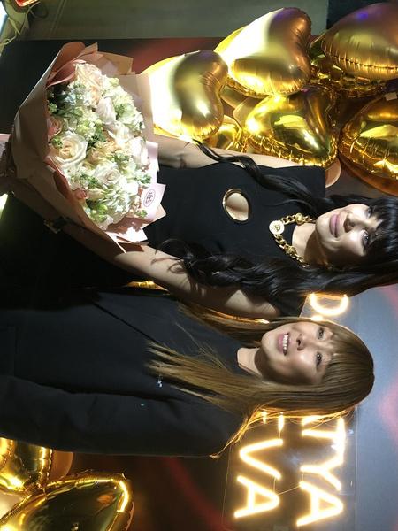 Анита Цой пришла поздравить подругу