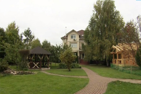 Нонна Гришаева и ее муж строят на участке баню. Это мечта