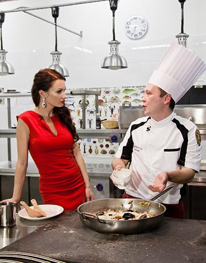 Евгения и шеф-повар ресторана Cibo  E Vino Сергей Васильев обсуждают рабочие моменты