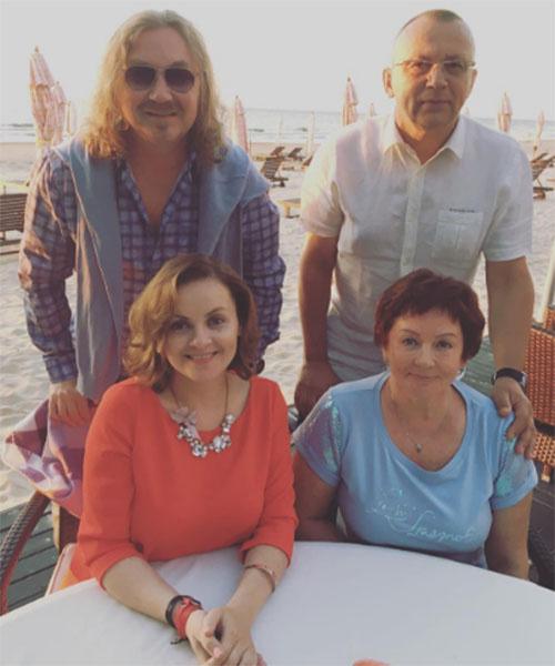 Юлия Проскурякова с мужем Игорем Николаевым и родителями