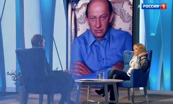 Ирина Цывина на фоне портрета Евгения Евстигнеева