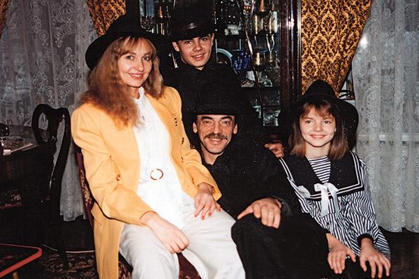 В коллекции актера столько шляп, что хватит и внукам, и правнукам. На фото: с детьми Лизой и Сергеем, 1991 год