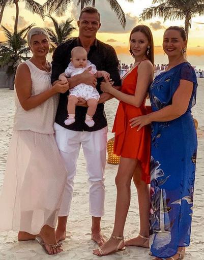 Дмитрий Тарасов, Анастасия Костенко с дочерью и матерями