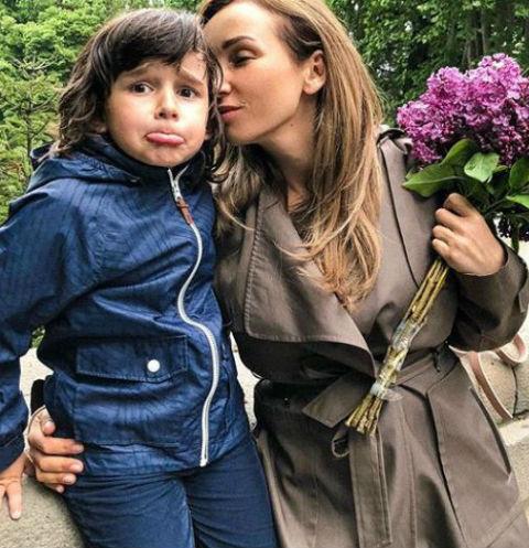 Сын телеведущей периодически критикует знаменитую маму