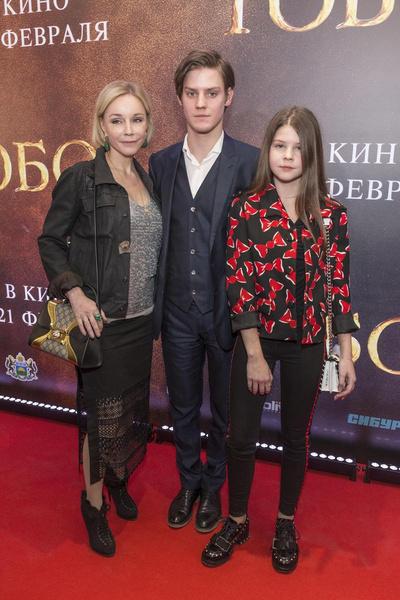 Марина Зудина с детьми - сыном Павлом и дочерью Марией