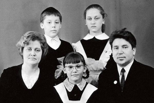 Елена родилась в семье врачей. На фото – с мамой Галиной Александровной, папой Василием Иосифовичем, братом-двойняшкой Алексеем и старшей сестрой Мариной