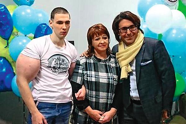 Кирилл и его мама Ирина не раз становились героями передачи «Прямой эфир» главного редактора «СтарХита» Андрея Малахова