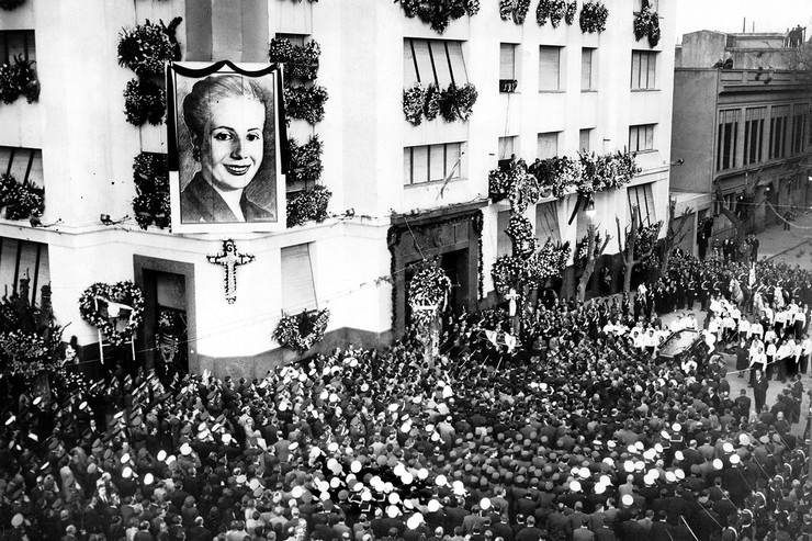 Тело Эвы забальзамировали и выставили на всеобщее обозрение. До середины 70-х гроб мотало по свету, а народ Аргентины терроризировал Ватикан просьбой канонизировать Духовного лидера нации. Только в 1974-м Эву Перон похоронили в семейном склепе Дуарте, хотя отец так и не признал ее законной наследницей при жизни