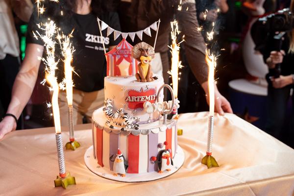 В финале праздника Артемий задул свечи на торте