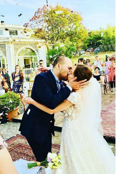 Поцелуй мужа и жены